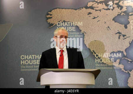 Chatham House, London, UK. 12th May, 2017. Jeremy Corbyn, leader of the Labour Party, gives a speech on his party's - Stock Photo