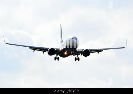 Ei-EGA RyanAir Boeing 737-8AS on final approach to LGW London Gatwick airport - Stock Photo