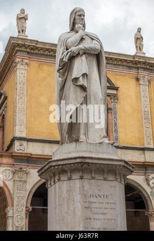 Statue Dante Alighieri in Verona, Italien - Stock Photo