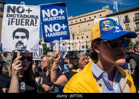 Madrid, Spain. 20th May, 2017. Venezuelans protesting with placards against Nicolas Maduro. Credit: Marcos del Mazo/Alamy - Stock Photo