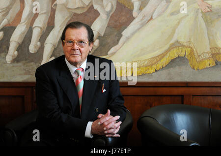 Munich, Germany. 29th Jan, 2010. British actor and UNICEF Ambassador Roger Moore during a press call in Munich, - Stock Photo