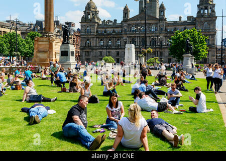Glasgow, Scotland, UK. 26th May, 2017. As temperatures soar into the high 20 C's the people of Glasgow take time - Stock Photo