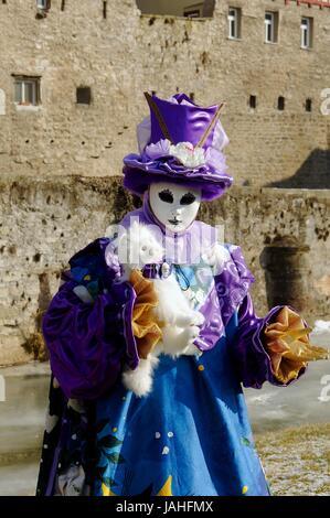 Frau in einem Kostüm aus Venedig mit einer Katze - Stock Photo