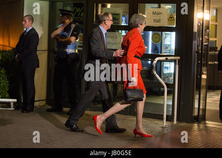 Maidenhead, UK. 9th June, 2017. Theresa May arrives at the count for the Maidenhead constituency with her husband - Stock Photo