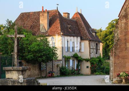 France, Allier (03), Verneuil-en-Bourbonnais, maisons donnant sur la place de l'église // France, Allier, Verneuil - Stock Photo