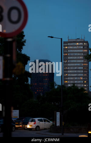 Grenfell Tower, London, UK. 14th Jun, 2017. 20:42 Still on fire Credit: ibeep Images/Alamy Live News - Stock Photo