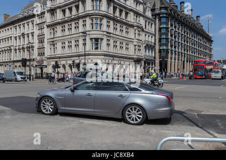 London, UK. 14th Jun, 2017. Prime Minister Theresa May being escorted back to Downing Street in London. Andy Morton/Alamy - Stock Photo