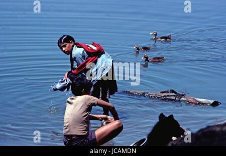 Reportage Nepal 1980. Pokhara, washing cloths in the Pewa-Tal lake - Stock Photo