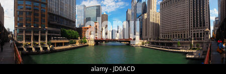 A 180º view looking east on the Chicago River along the River Walk towards La Salle Street from the Wells Street - Stock Photo