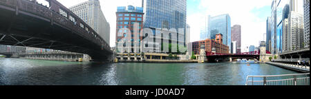 A 180º view looking north/east on the Chicago River along the River Walk towards La Salle Street from the Wells - Stock Photo