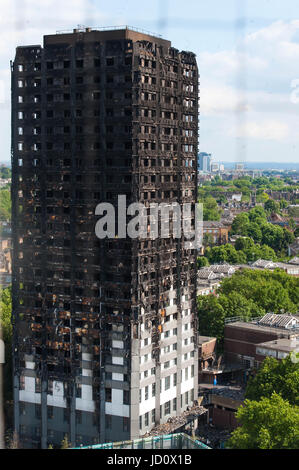 London, United Kingdom. 17th June 2017. The remains of the Grenfell Tower block in Kensington, west London, following - Stock Photo
