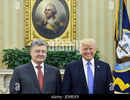 Washington, DC, Usa. 20th June, 2017. Ukraine's President Petro Poroshenko (L) and US President Donald Trump during - Stock Photo
