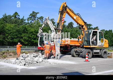 Hockenheim, Germany. 22nd June, 2017. A construction worker is patching up the freeway A6 which is damaged through - Stock Photo