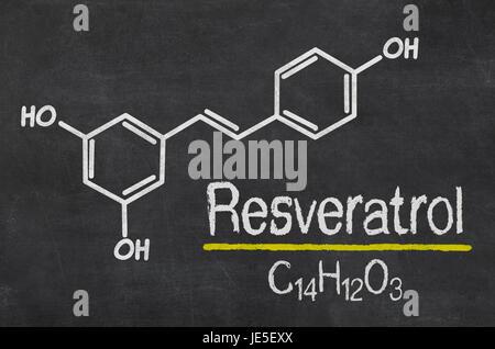 Schiefertafel mit der chemischen Formel von Resveratrol - Stock Photo