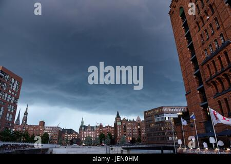 Hamburg, Germany. 22nd June, 2017. Ctyview of Hamburgf at the harbour, Germany, city of Hamburg, 22. June 2017. - Stock Photo