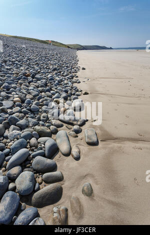 Shingle bank behind sandy beach at Newgale Beach, Pembrokeshire, West Wales. - Stock Photo