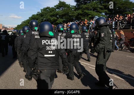Hamburg, Germany. 6th July, 2017. German riot police in the ''G20 Welcome to hell'' protest through the streets - Stock Photo