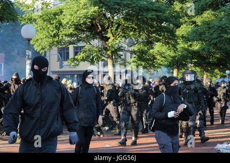Hamburg, Germany. 6th July, 2017. Protesters flee as riot police crack down on an anti g20 protest Credit: Conall - Stock Photo