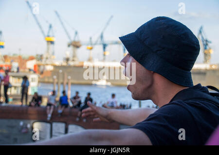 Hamburg, Germany. 6th Jul, 2017. Fishmarket/Hamburg - Germany July 6, 2017: Protestant is cursing at the police. - Stock Photo