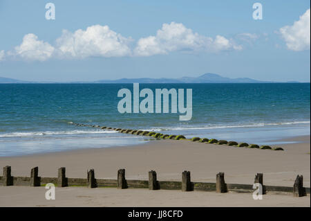 The view from the beach at Barmouth in Wales looking out over Cardigan Bay to the Llŷn Peninsula (Pen Llŷn) on the - Stock Photo