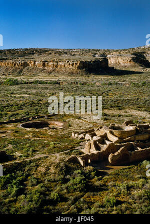 View SW from Alto Mesa over Chetro Ketl Pueblo, Chaco Canyon, New Mexico, to sandstone cliffs of South Mesa beyond - Stock Photo