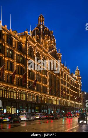 England, London, Kinghtsbridge, Harrod's Department Store, exterior, evening - Stock Photo