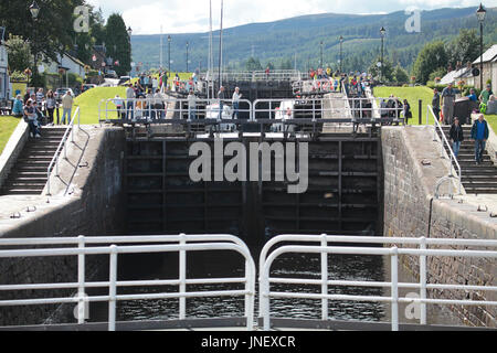 Fort Augustus, Highland 30 July 2017. A short sunny spell in an otherwise wet day. Tourists enjoying the sun at - Stock Photo