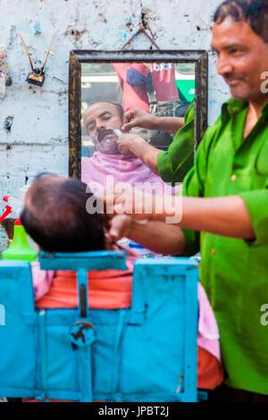 India, Delhi, barber shop in the street - Stock Photo
