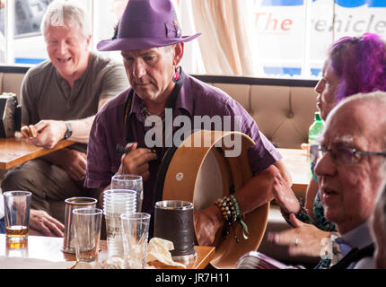 Sidmouth, Devon, UK. 4th Aug, 2017. Sidmouth Folk Week Festival - an afternoon session in the Bedford Hotel. The - Stock Photo
