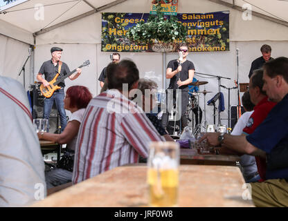 Berlin, Germany. 4th Aug, 2017. Visitors watch the performance of a band during the 21st International Berlin Beer - Stock Photo