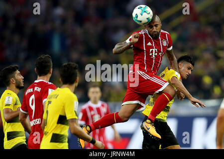Dortmund, Germany. 5th Aug, 2017. Bayern Munich's Arturo Vidal (2nd R) competes for a header during the 2017 German - Stock Photo