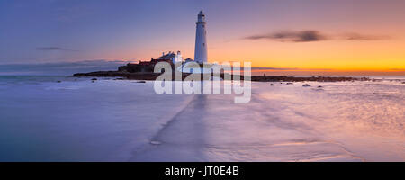 High tide coming in at the causeway towards St. Mary's Lighthouse, Whitley Bay, England. Photographed at sunrise. - Stock Photo