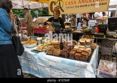 Dock Place, Leith, Edinburgh, Scotland, UK. Leith Saturday Farmers market with woman buying cakes at Casa Angelina - Stock Photo