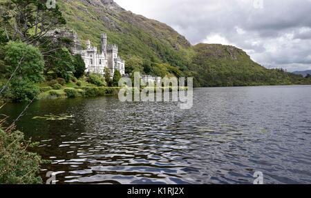 Kylemore Abbey (Irish: Mainistir na Coille Móire) a Benedictine monastery founded in 1920 on the grounds of Kylemore - Stock Photo