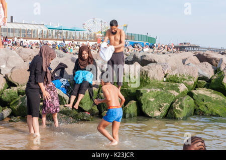Southen-on-Sea, Essex, UK. 28th August, 2017. A family enjoying a dip in the sea. After below average temperatures - Stock Photo