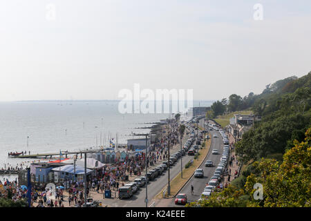 Southend-on-Sea, Essex. UK. 28th Aug, 2017. UK Weather. Tourists fill Southend promenade and beaches to soak up - Stock Photo