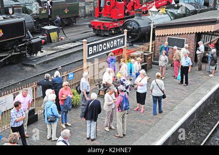 passengers waiting at Bridgenorth Station. Severn Valley Railway. - Stock Photo