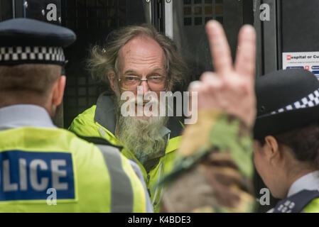 London, UK. 5th Sep, 2017. Supporters cheer and make 'V' for Victory signs as a Quaker protester arrested for sitting - Stock Photo
