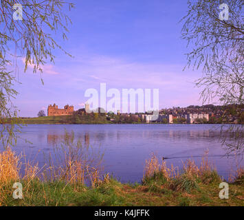 A pleasant springtime view from the shore of Linlithgow Loch towards Linlithgow and the palace, Midlothian - Stock Photo