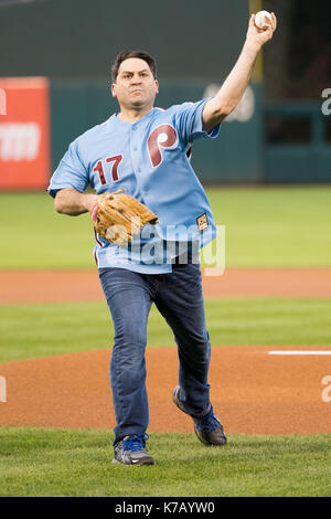 Philadelphia, Pennsylvania, USA. 15th Sep, 2017. Barry Goldberg throws out the first pitch prior to the MLB game - Stock Photo