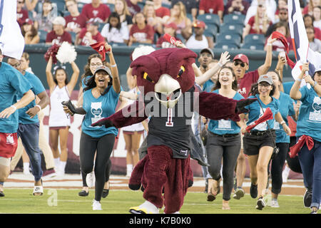 Philadelphia, Pennsylvania, USA. 15th Sep, 2017. Temple's mascot and fans run onto the field at Lincoln Financial - Stock Photo