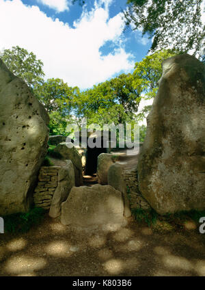 View NNW at central part of the megalithic facade, entrance passage & burial chambers of Wayland's Smithy Neolithic - Stock Photo