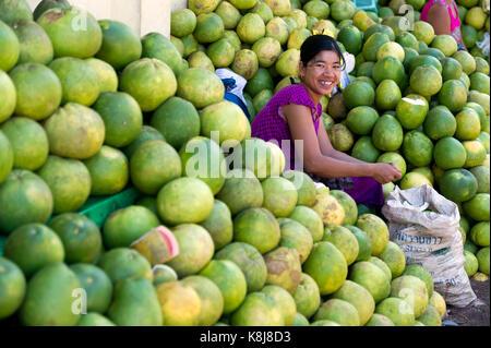 Myanmar (formerly Burma). Kyaiktiyo. State Mon. Grapefruit saleswoman - Stock Photo