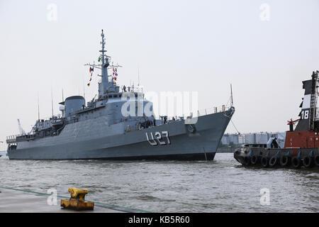Hamburg, Germany. 28th Sep, 2017. Brazilian training vvessel 'Navio Escola Brasil' anchors at the harbour in Hamburg, - Stock Photo