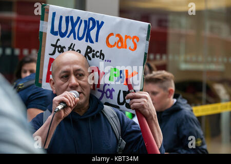 London, UK. 30th September, 2017. Cleaner Fredy Lopez, suspended without pay with his partner Angelica Valencia - Stock Photo