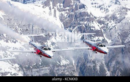 Canada's Tudor flying demonstration team, the Snowbirds, flies over mountains in strathcona Park - Stock Photo