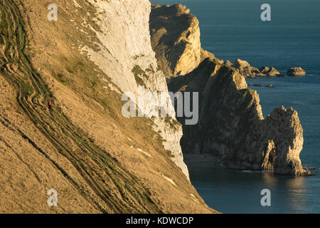 Hikers on the coastal path above Durdle Door, Purbeck, Jurassic Coast, Dorset, England, UK - Stock Photo