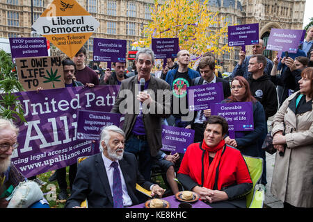 London, UK. 10th October, 2017. Jon Liebling, Political Director of the United Patients Alliance, addresses the - Stock Photo