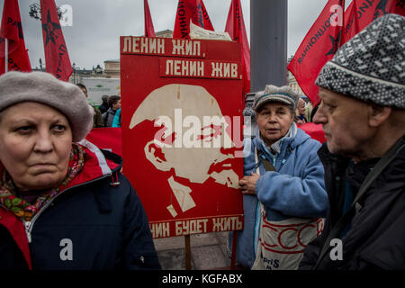 Moscow, Russia. 7th Nov, 2017. Participants in a CPRF march and rally on the Revolution Square to mark the 100th - Stock Photo