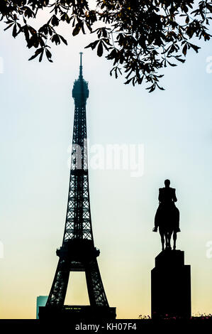 FRANCE. PARIS (75), 16TH ARR, THE EIFFEL TOWER AND THE EQUESTRIAN STATUE OF GENERAL FOCH - Stock Photo